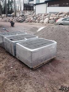 4000 kiloa Ruduksen Torino-kiveä ladottavaksi A- ja B-talojen pihoihin, yksi 1500 kg odottaa toisella nurkalla. Kivien vieressä vieressä 25 tonnia maa-ainesta. EI koneellisia kulkuvälineitä apuna eli kottikärry ja hauislihakset soivat. Taustalla näkyy rakennusprojektin aikana isoksi kasvanut tyttö, joka hoiti oman osansa kottikärryhommista ja kunnostautui seulanpää-kivien roudaajana taaperokärryllä.