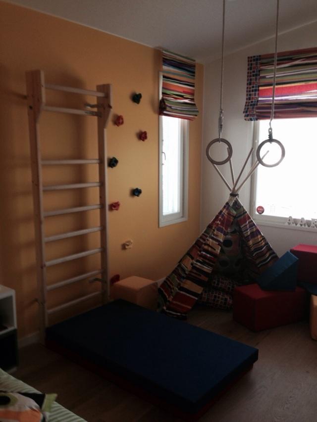 Sisustus voi oikeasti rohkaista leikkiin. Tässä huoneessa on välineiden osalta paljon sitä, mitä olen miettinyt meidän kellaria varten: puolapuut, renkaat, seinäkiipeilyn salliminen.